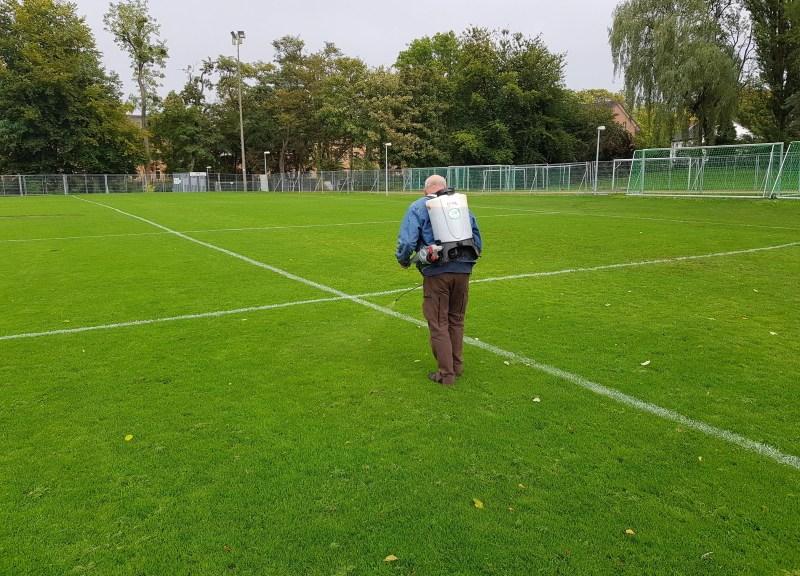 Rainer Kunz beimpft den Trainingsrasen des BSC (Foto: EMIKO)