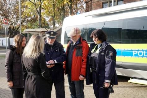 Polizei vorort: Die Mobile Wache der Polizei des Rhein-Kreis-Neuss wird auch in der kommenden Woche auf dem Kirchplatz in Hemmerden stehen.