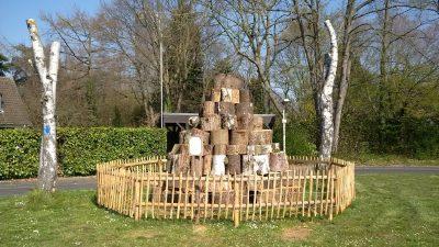 Baumscheiben-Pyramide bietet Tieren Unterschlupf