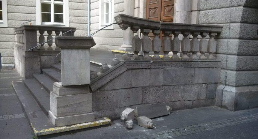 Treppe zum Haus der Bildung durch Unbekannte beschädigt