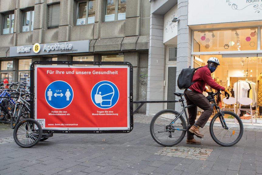 Copyright: Giacomo Zucca/Bundesstadt Bonn Mit einer Fahrradaktion macht die Stadt auf die Maskenpflicht und das Abstandsgebot aufmerksam.
