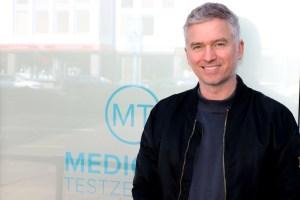 Thomas Fasshauer vor einem Medicare Testzentrum