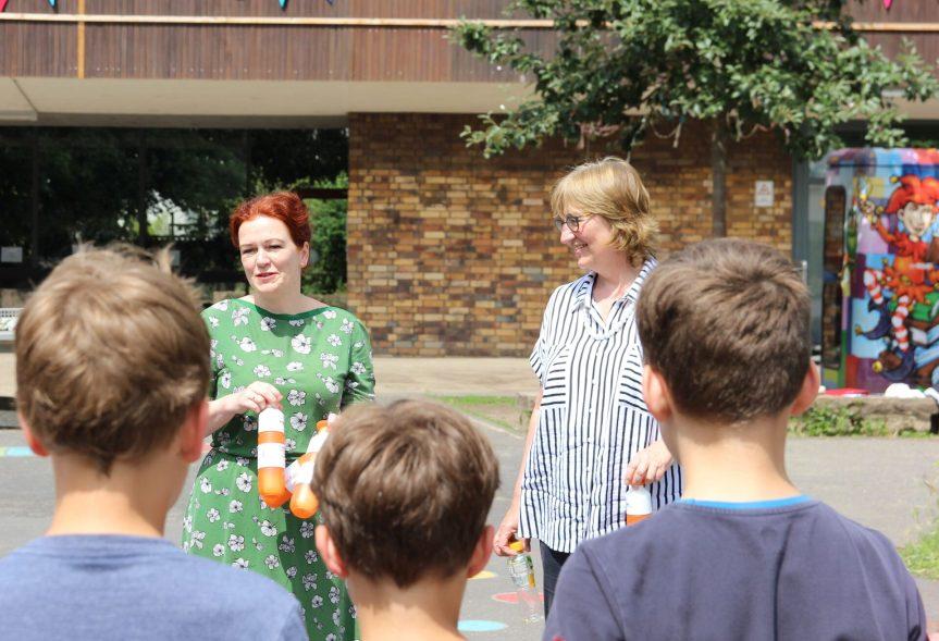 OB Katja Dörner (l.) und bonnorange-Vorständin Kornelia Hülter übergaben die Trinkflaschen an Schüler*innen der Till-Eulenspiegel-Schule.