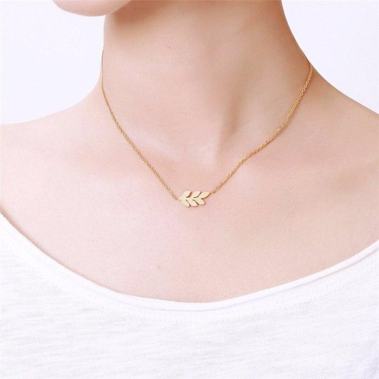 model show of simplistic minimalist boho jewelry laurel leaf necklace jewelry feuille hoja bijoux joleria