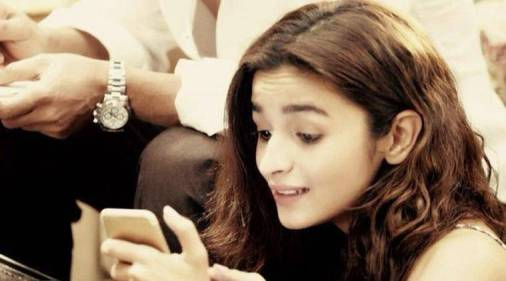 alia bhatt seeing phone