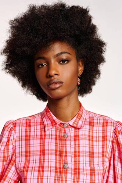 Almond puff sleeve shirt C6 lipstick Essentiel