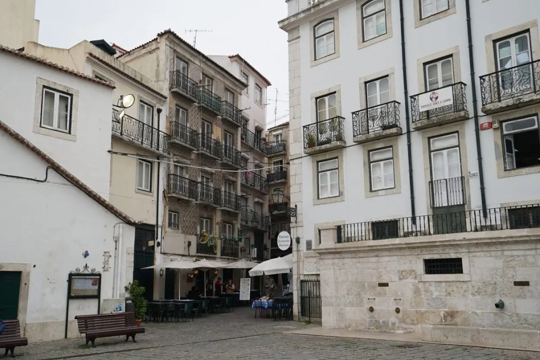 https://www.bontraveler.com/the-local-guide-to-artistic-lisbon/