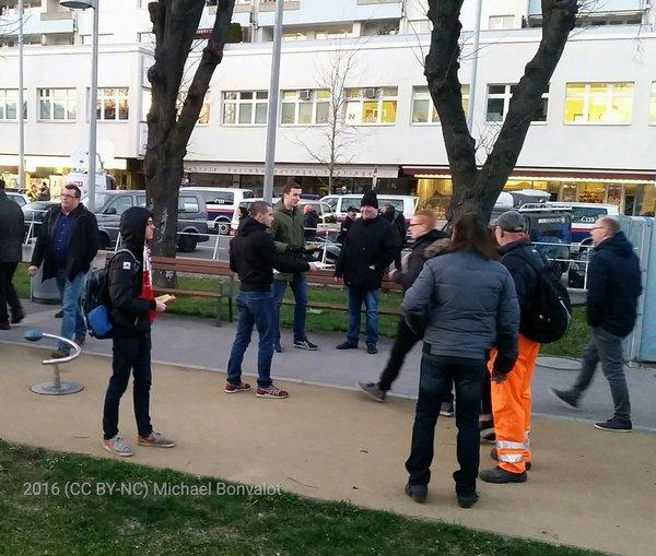 Auch neofaschistische Gruppe Identitäre bei FPÖ Kundgebung anwesend. Es werden Flugblätter verteilt, später wird die Gruppe mit rot-weiß-roten Fahnen an der Kundgebung teilnehmen.