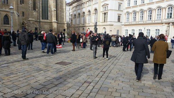 Die rechtsextreme Kundgebung am Minoritenplatz ist kaum besucht. Die Schlagermusik wäre eventuell bereits ein guter Grund für eine Untersagung.