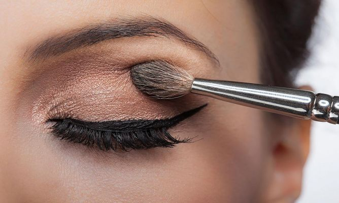 Long-lasting eye shadow with ground spices
