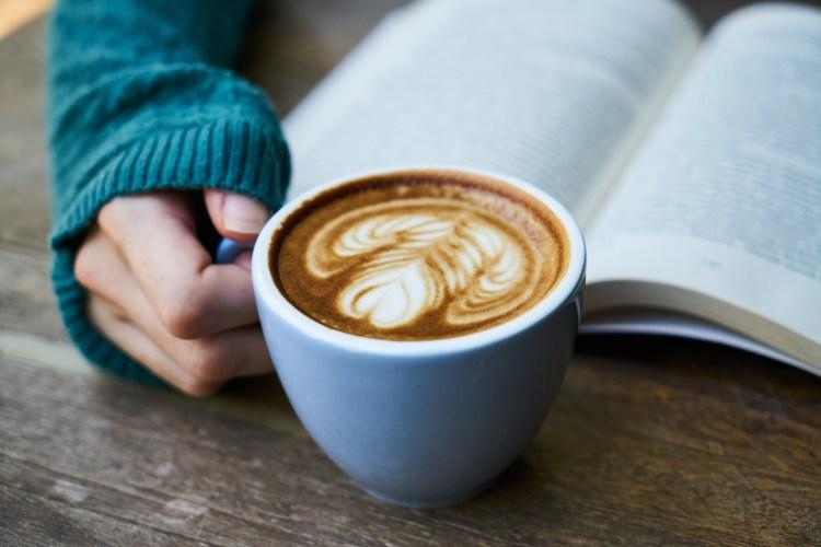 PoeticamenteVenerdì - Non innamorarti di una donna che legge di Martha Rivera Garrido book-tique