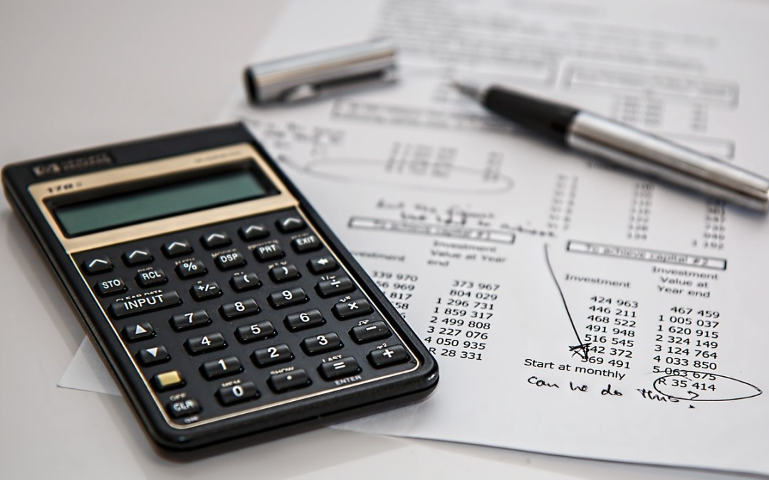 Similarities and Differences Between a Bookkeeper and an Accountant