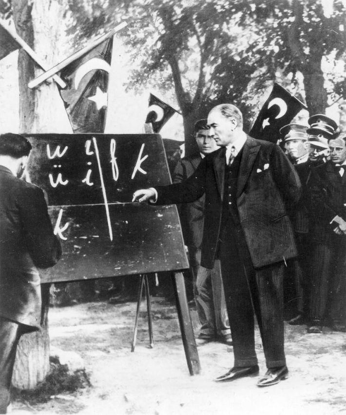 أتاتورك وهو يتابع عملية الانقلاب اللغوي