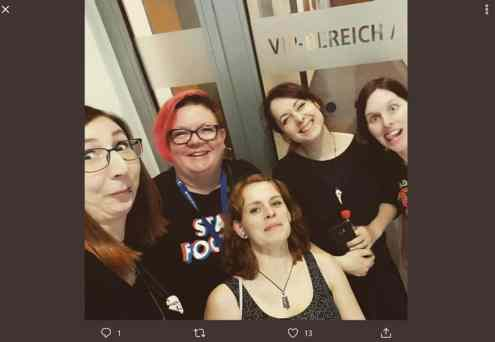 5 Frauen vor dem VIP-Bereich