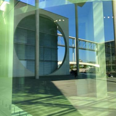 Spiegelungen von Gebäuden im Bundestag