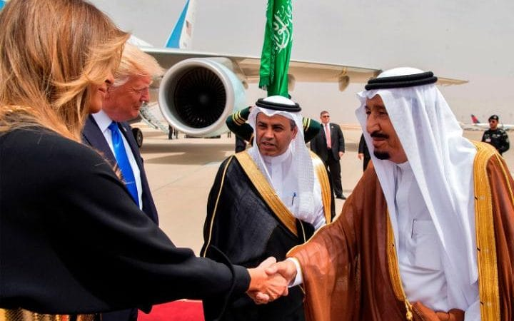 Melania greeted with handshake in Saudi Arabia