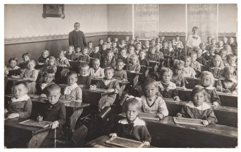 Black and white retro photo of kids in a classroom learning how to calculate interest for an equity indexed annuity