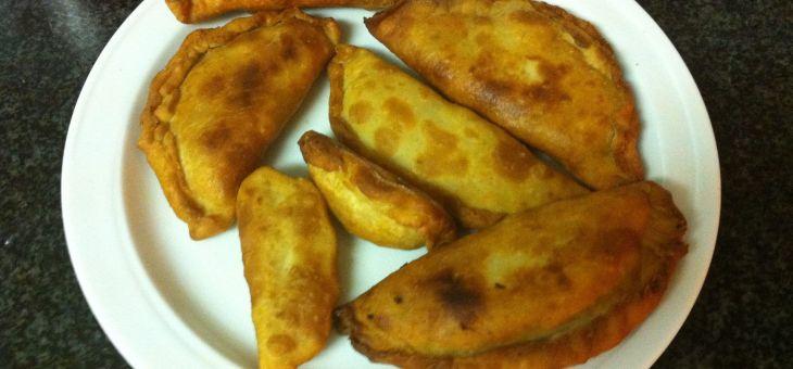 Crestes de tonyina, our dur, tomàquet i olives (empanadilles)
