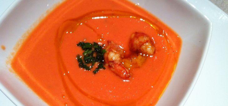 Sopa freda de tomàquet i mango amb gambes picants
