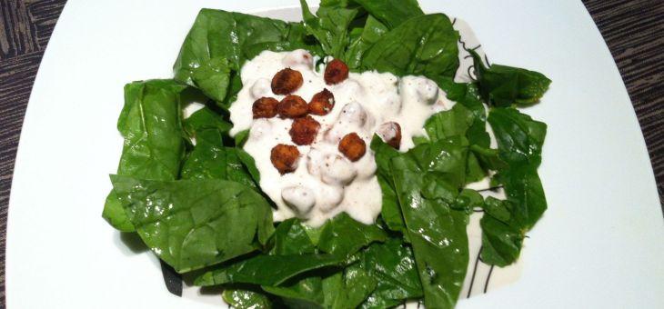 Amanida d´espinacs amb cigrons cruixents i iogur