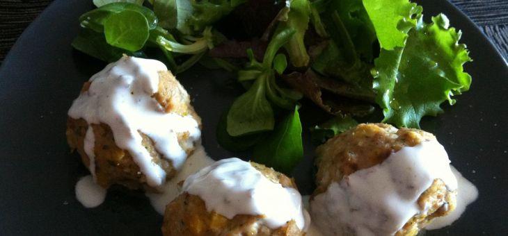 Mandonguilles de gall dindi amb cigrons i salsa de iogur
