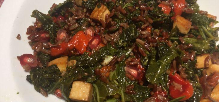 Arròs vermell saltejat amb verdures i tofu