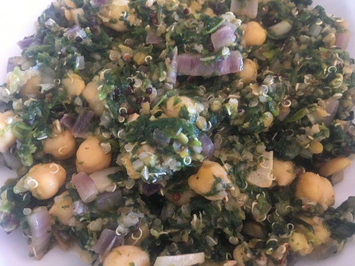 Cigrons amb espinacs, llentia vermella i quinoa