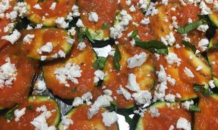 Carbassons amb salsa de tomàquet i feta