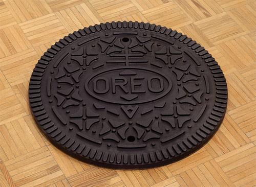 Pode até parecer um biscoito Oreo, mas é uma tampa de bueiro
