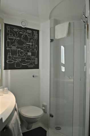 ibis-manchester-portland-street-bathroom-shower
