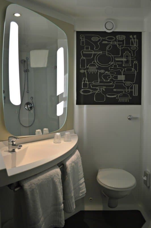 ibis-manchester-portland-street-bathroom