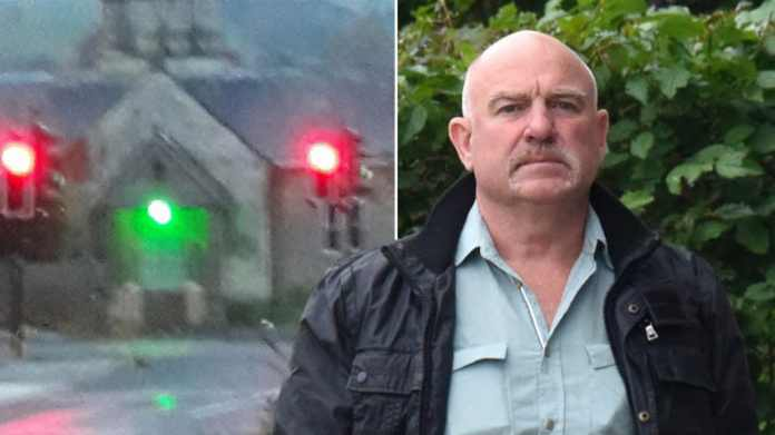 En britisk mand har fået en bøde for at sætte et falsk lyskryds foran sit fredet hus