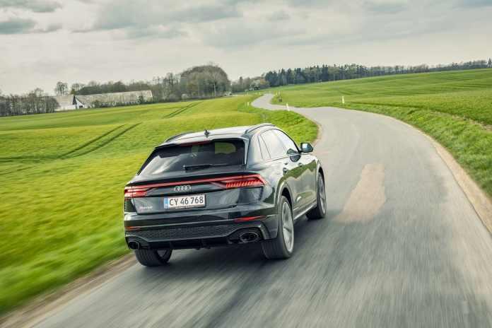 Audi producerer stadig biler med V8-motor, der kører på benzin og udsender en bombastisk motorlyd. Bil Magasinet har mærkets største model lige nu noget pedal.