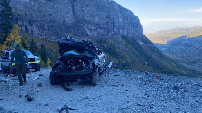 Politiet i Colorado har delt skræmmende billeder af en meget smadret Ford Bronco Sport, der styrtede omkring 121,9 meter ned ad et bjerg.