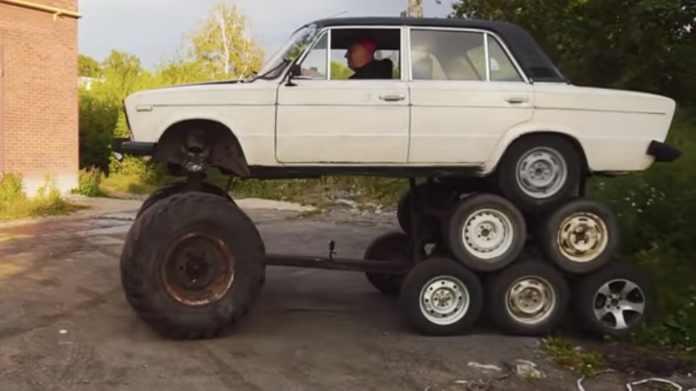 Bag youtube-kanalen Garage 54 står nogle bindegale mekanikere. Deres seneste påfund er en Lada.. med ikke fire men hele 14 hjul!