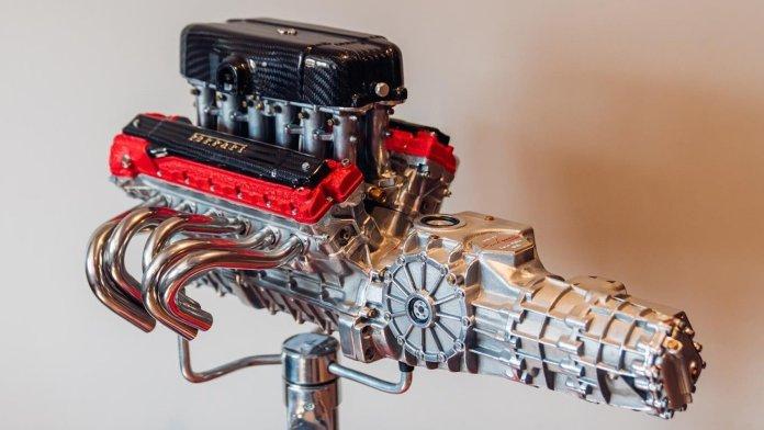 Du kan få Danmarks billigste bil - en Citroën C1 - for 89.900 kr. Denne Ferrari-motor, som ikke engang er ægte - koster noget mere end det.