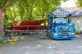8KR Segelyacht auf dem Trailer und Scania Zugmaschine auf dem Werftgelände der Bootswerft Baumgart. Nach erfolgter Restauration bereit zum Rücktransport in den Heimathafen nach Kiel an der Ostsee