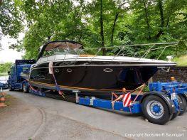 Ankunft einer Motoryacht auf dem Tiefladerauflieger in der Bootswerft Baumgart in Dortmund