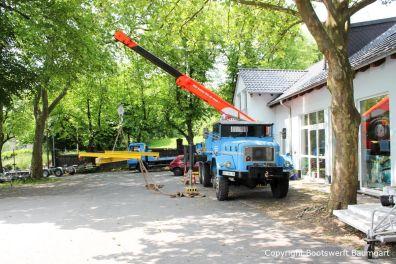 Schwerer Autokran mit Bootshebegeschirr zum Kranen der Kundenboote auf dem Werftgelände der Bootswerft Baumgart in Dortmund