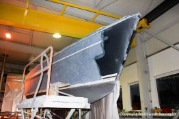 Schleifarbeiten auf der Steuerbordseite der Comfortina 38 Segelyacht in der Werfthalle der Bootswerft Baumgart in Dortmund