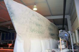 Die Grundierung der Comfortina 38 Segelyacht ist jetzt angeschliffen. In der Werfthalle der Bootswerft Baumgart in Dortmund