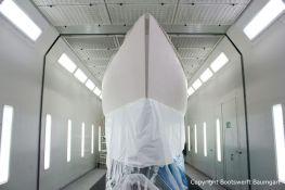 Comfortina 38 Segelyacht fertig vorbereitet zur Lackierung des Rumpfs in der Lackierkabine der Bootswerft Baumgart in Dortmund