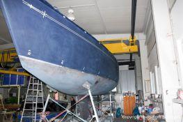 Vorbereitung zur Lackierung des Zierstreifens an der Backbordseite in der Werfthalle der Bootswerft Baumgart in Dortmund