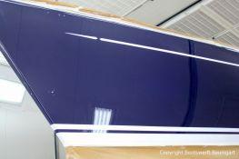 Backbord Seitenansicht mit Wasserpass der fertig lackierten Comfortina 38 in der grossen Lackierkabine der Bootswerft Baumgart in Dortmund