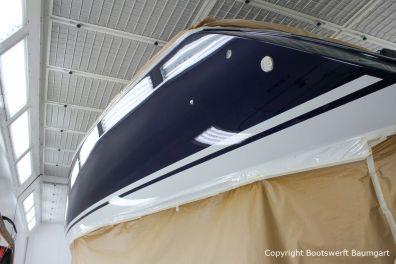 Backbord Hecknansicht mit Wasserpass der fertig lackierten Comfortina 38 in der grossen Lackierkabine der Bootswerft Baumgart in Dortmund