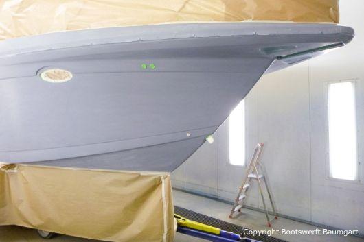 Grundierung für die Bootslackierung einer Formula 40 PC Motoryacht mit Effecktlack in der Lackierkabine der Bootswerft Baumgart in Dortmund