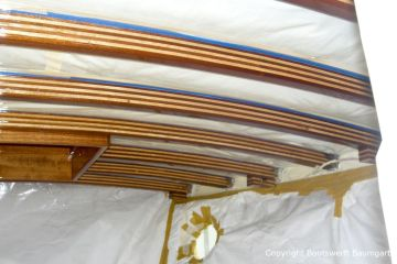 Lackierung der Streben im Innenraum der Rapsody 29 in der Lackierkabine der Bootswerft Baumgart in Dortmund