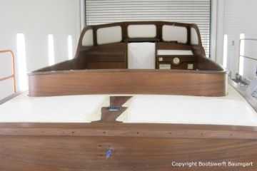 Lackierung der Holzflächen auf Deck der Rapsody 29 in der Lackierkabine der Bootswerft Baumgart in Dortmund