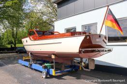 Heck der Rapsody 29 auf dem Hafentrailer auf dem Werftgelände der Bootswerft Baumgart nach durchgeführter Bootslackierung in Dortmund