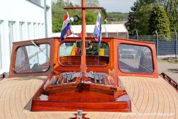 Teakdeck der Rapsody 29 auf dem Werftgelände der Bootswerft Baumgart nach durchgeführter Bootslackierung in Dortmund